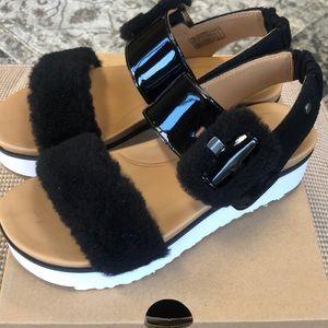 🆕👡  UGG Le Fluff Sandals. Size 6